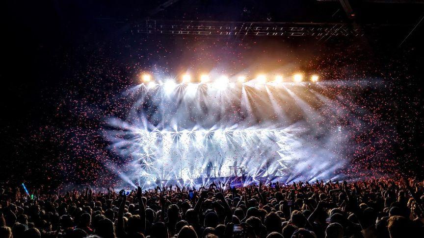 Zdjęcie sceny koncertowej i widowni
