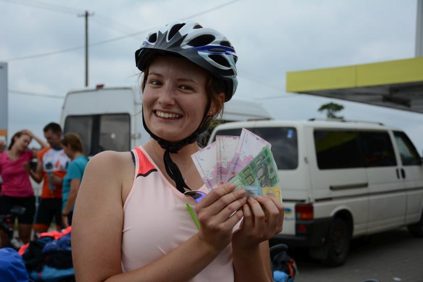 Dziewczyna trzymająca pieniądze
