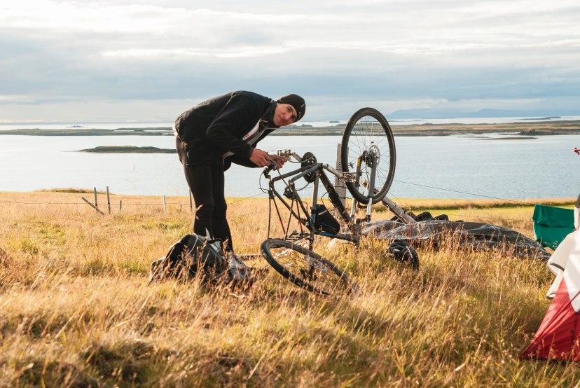 Rowerzysta naprawiający rower
