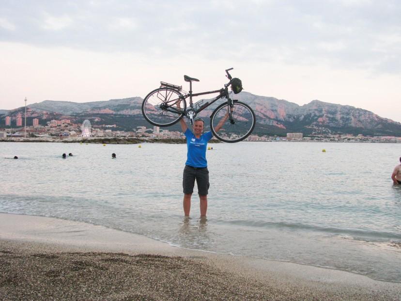 Człowiek podnoszący rower