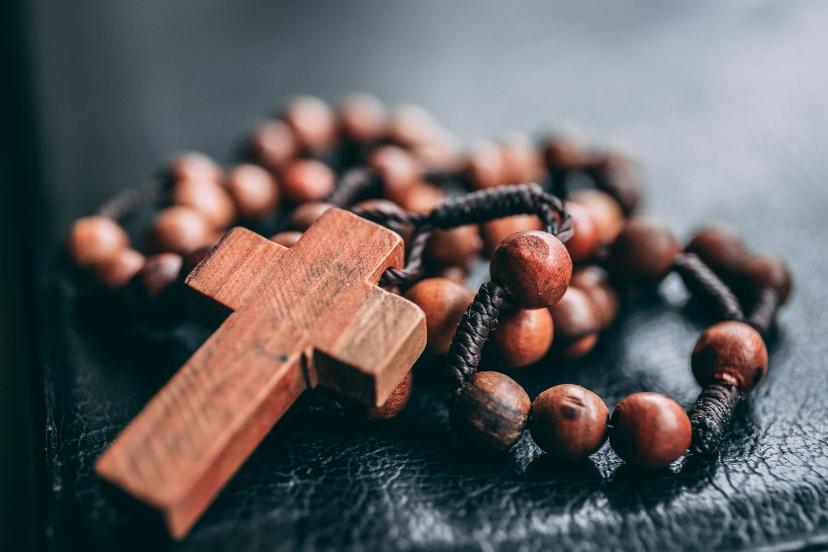 Różaniec leżący na Piśmie Świętym
