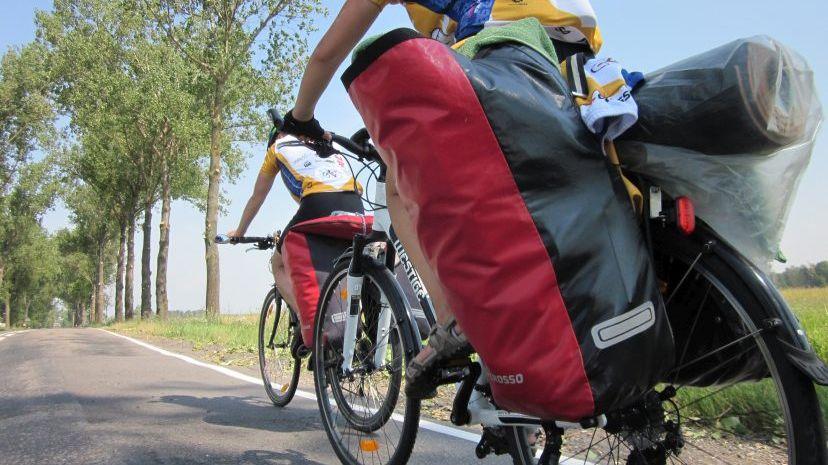 Rowerzysta z sakwami w trakcie jazdy