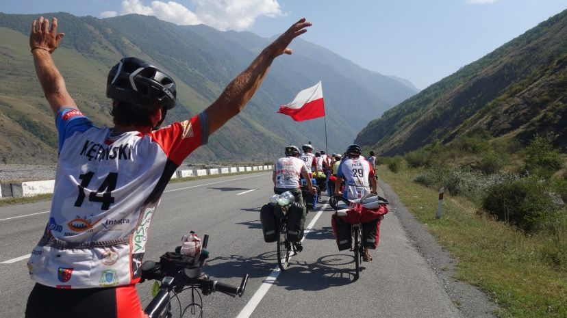 Grupa rowerzystów na drodze
