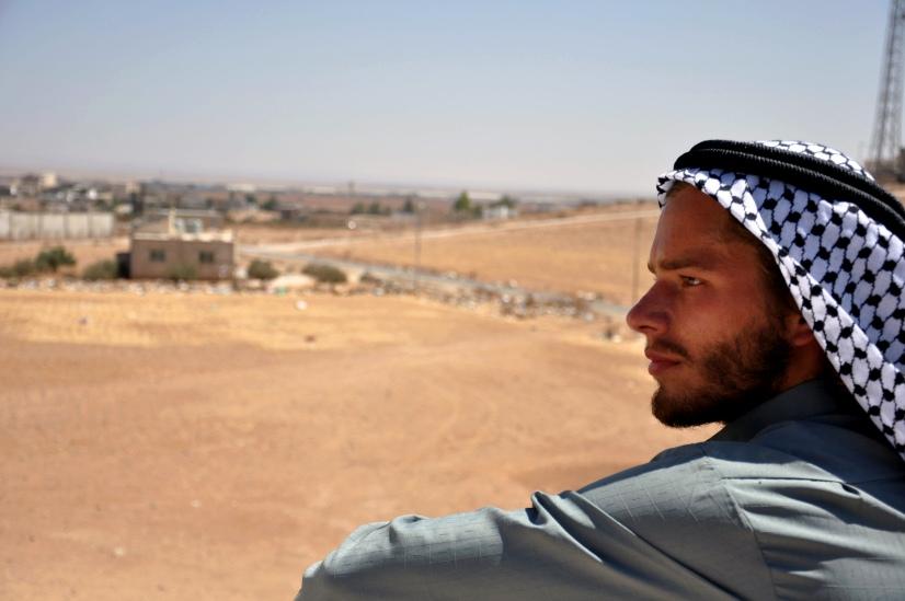Zdjęcie mężczyzny w turbanie na tle pustyni