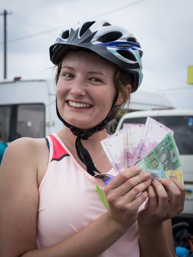 Młoda kobieta trzymająca plik banknotów