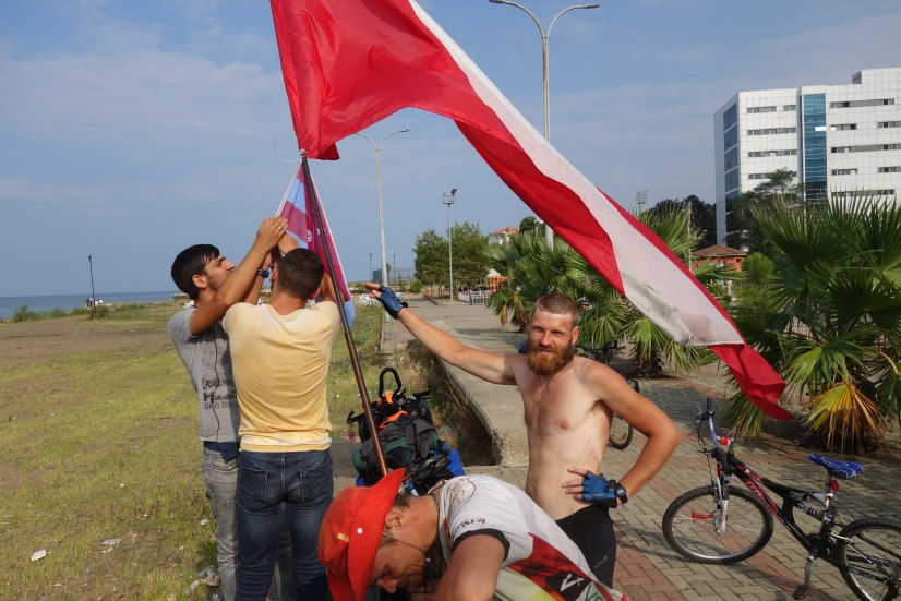 Rower z flagą Polski i lokalnego klubu piłkarskiego