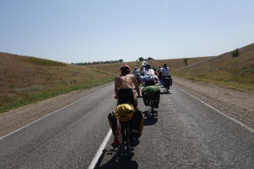 Rowerzyści podczas upalnego dnia