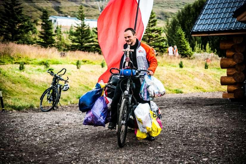 Rower z przywiązanymi workami ze śmieciami
